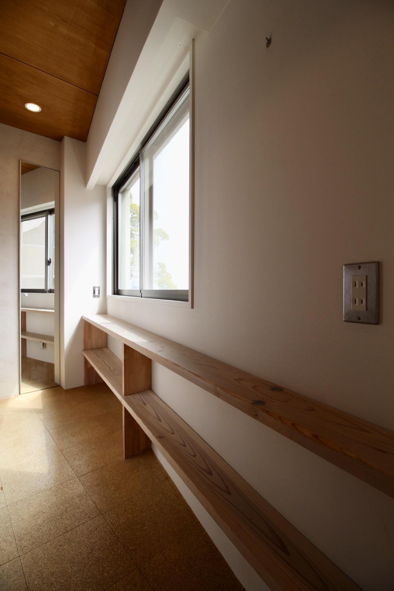 窓際の棚や造り付けの姿見も