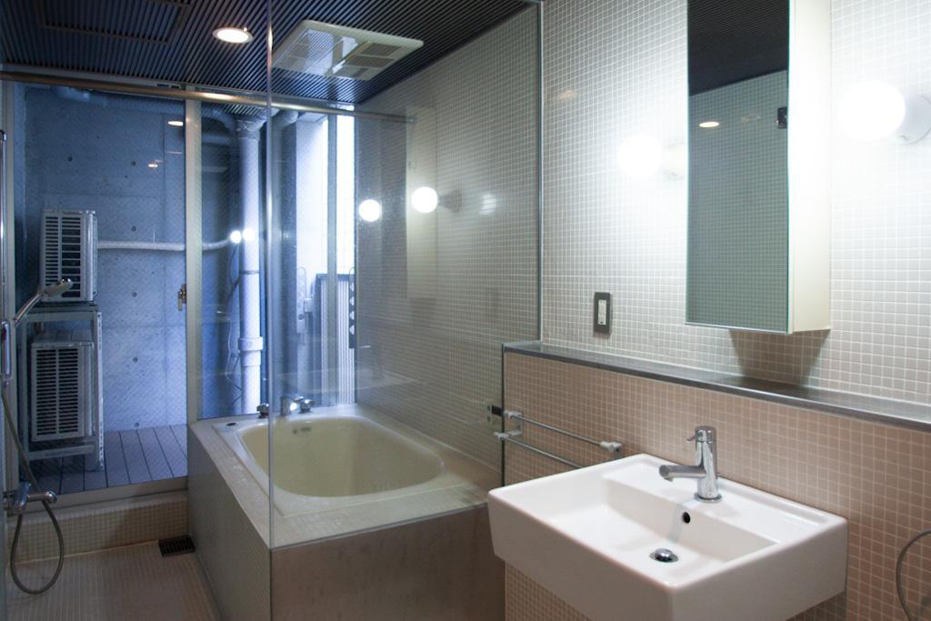 ガラス、タイル張りのバスルーム