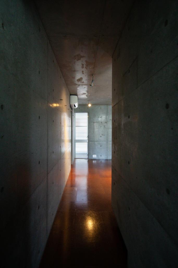 コンクリートに囲まれた廊下がかっこいい