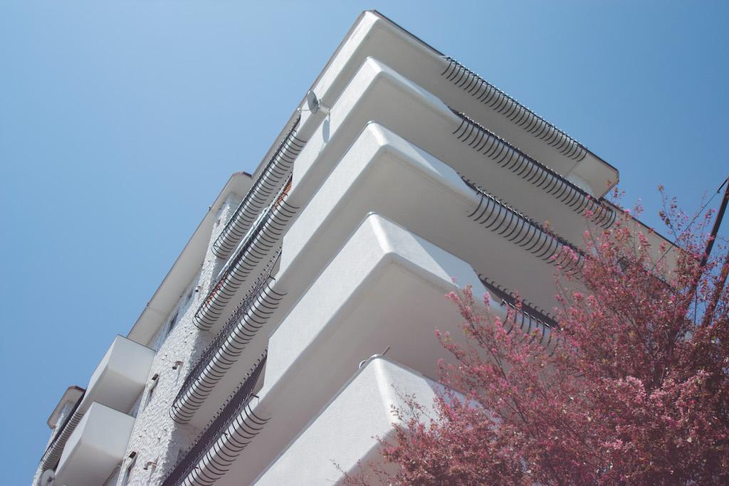 レトロで美しい白亜のマンション