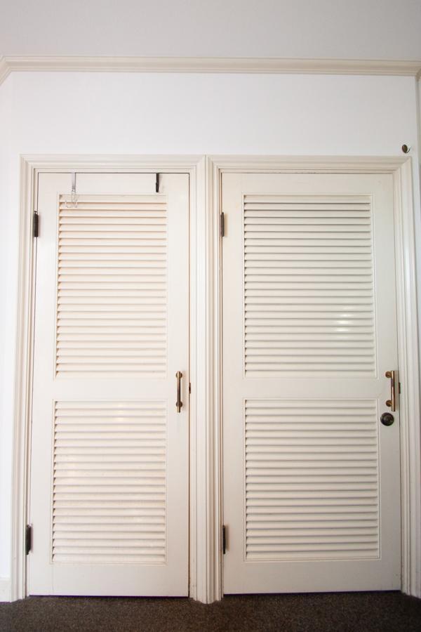 2つ並んだ扉が素敵。右の扉から住居部分へ