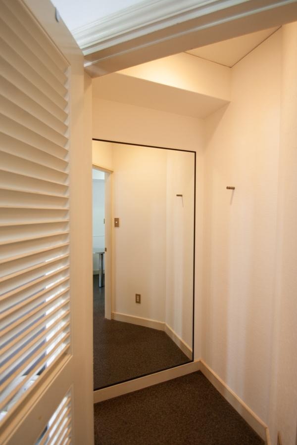 左の扉はフィッティングルームになっています