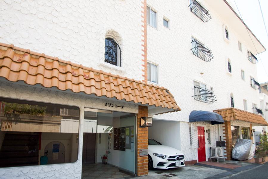 1階にテナント区画のある白亜のマンション
