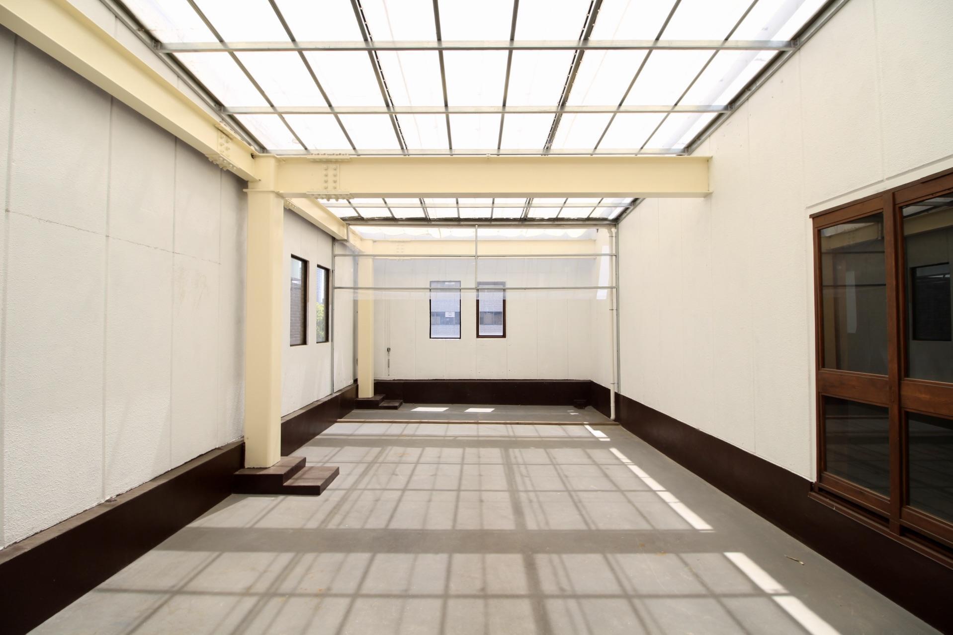 空から光が差し込むオープンテラス(ここに屋上へと上がる階段を設置しちゃいましょう)