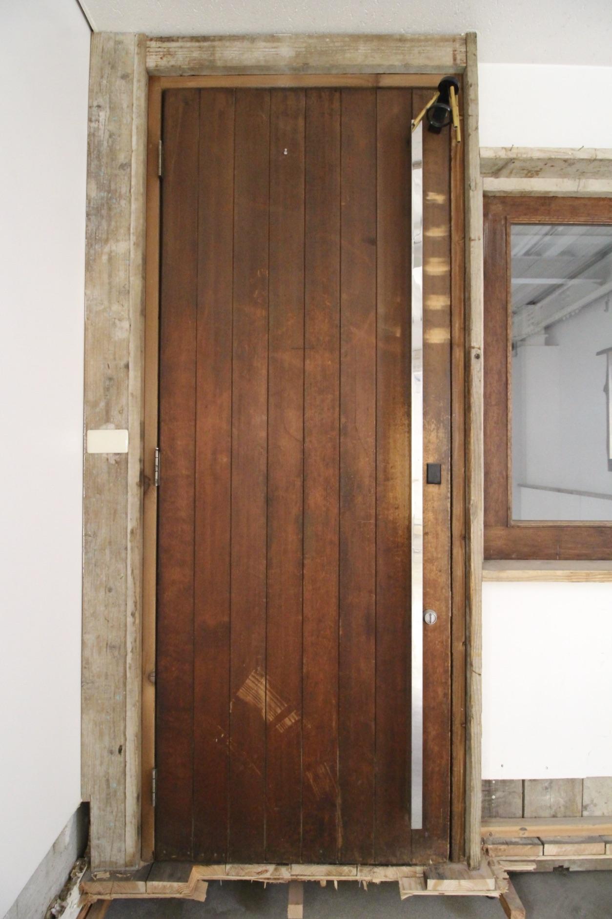 大きくて重厚感のあるドア