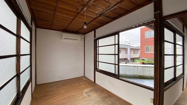 2F北側の部屋。開放的で美しい木窓の空間。