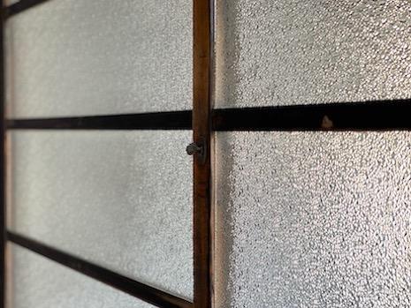 スリガラスやネジ式の鍵に見惚れる