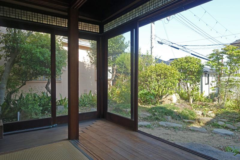 縁側のガラス建具の開放感