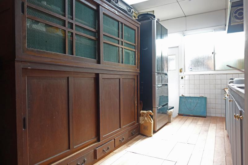 共用部、キッチン、背面に大きな家具