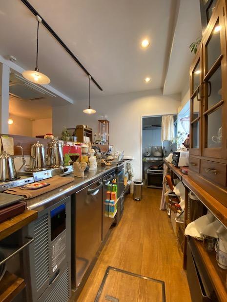 厨房スペース。奥にコンロなど調理場がある。