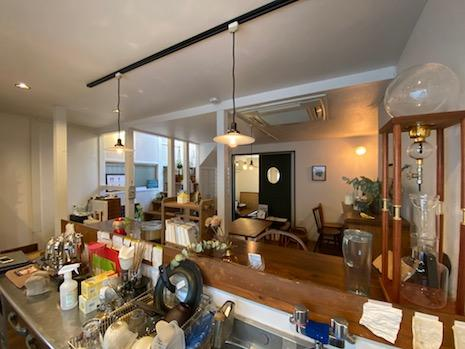 キッチンからの眺め。階段ホールから穏やかに光が降り注ぐ。