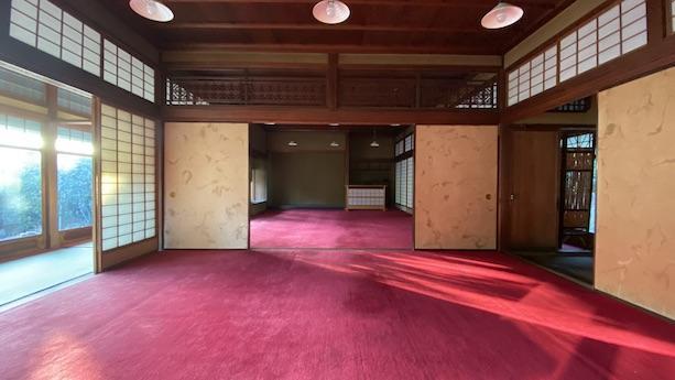 釘を一本も使わず、直径2m近い大木から4本しか取れないという四方柾の床柱で建てられた大広間。