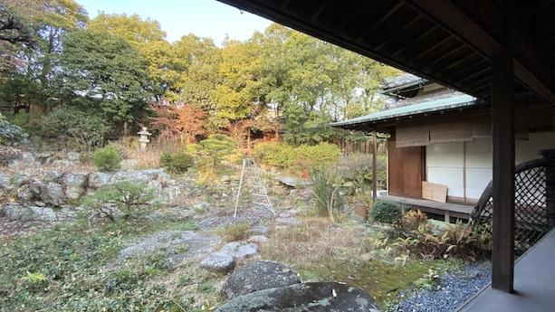 庭石は加古川が蛇流していた頃の自然石だとか。