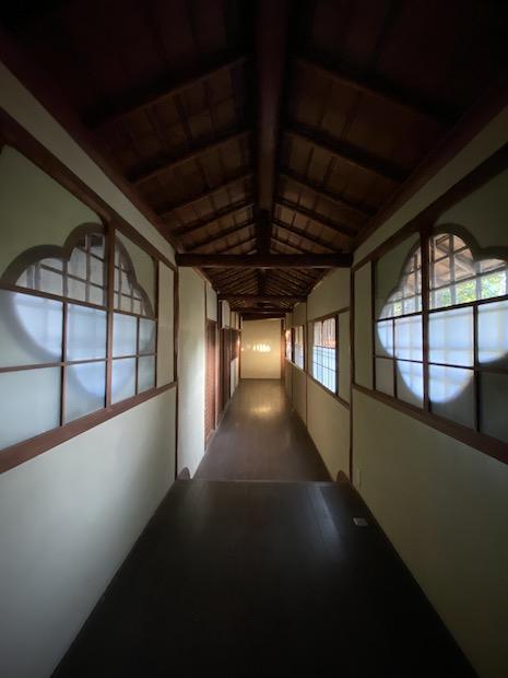 渡り廊下。窓の形がしびれます。