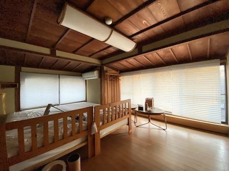 主屋2階寝室は改装されて清潔感アリ。