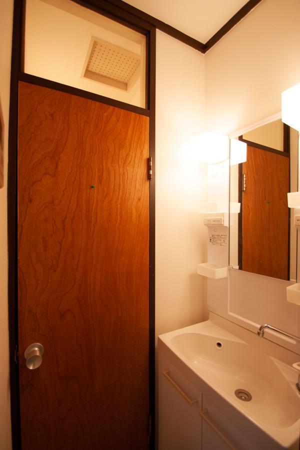 洗面台。トイレの扉がレトロ