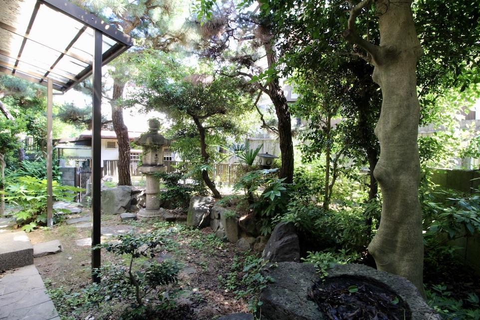 石灯籠や手水鉢まである庭