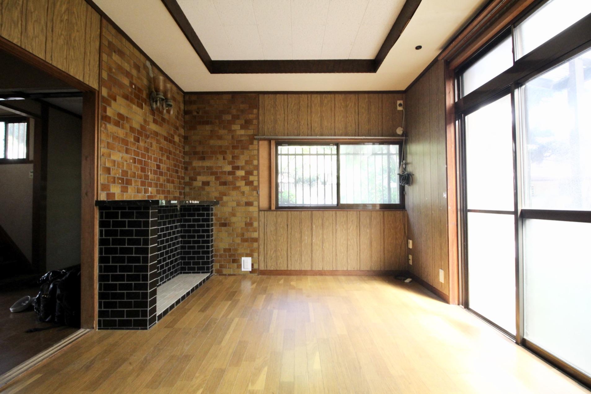暖炉風の装飾や折上天井の凝った仕様の1階洋室