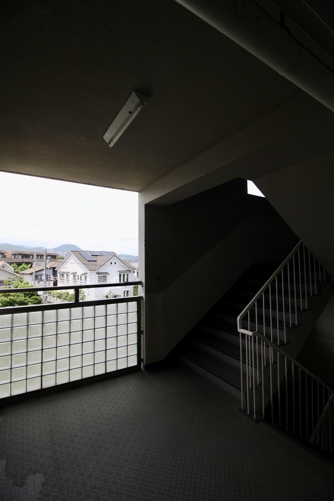 共用階段踊り場から山を望む