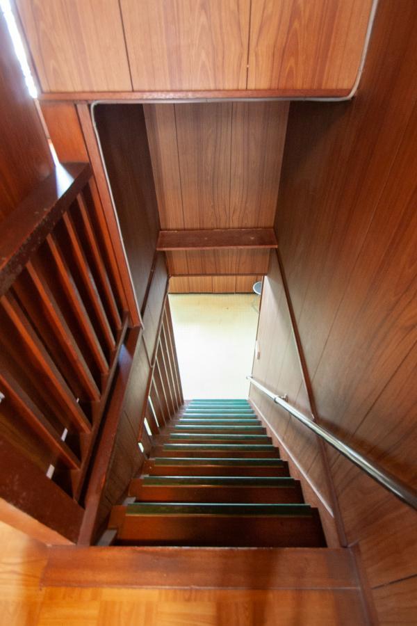 ちょっと急な階段を降りて1階へ