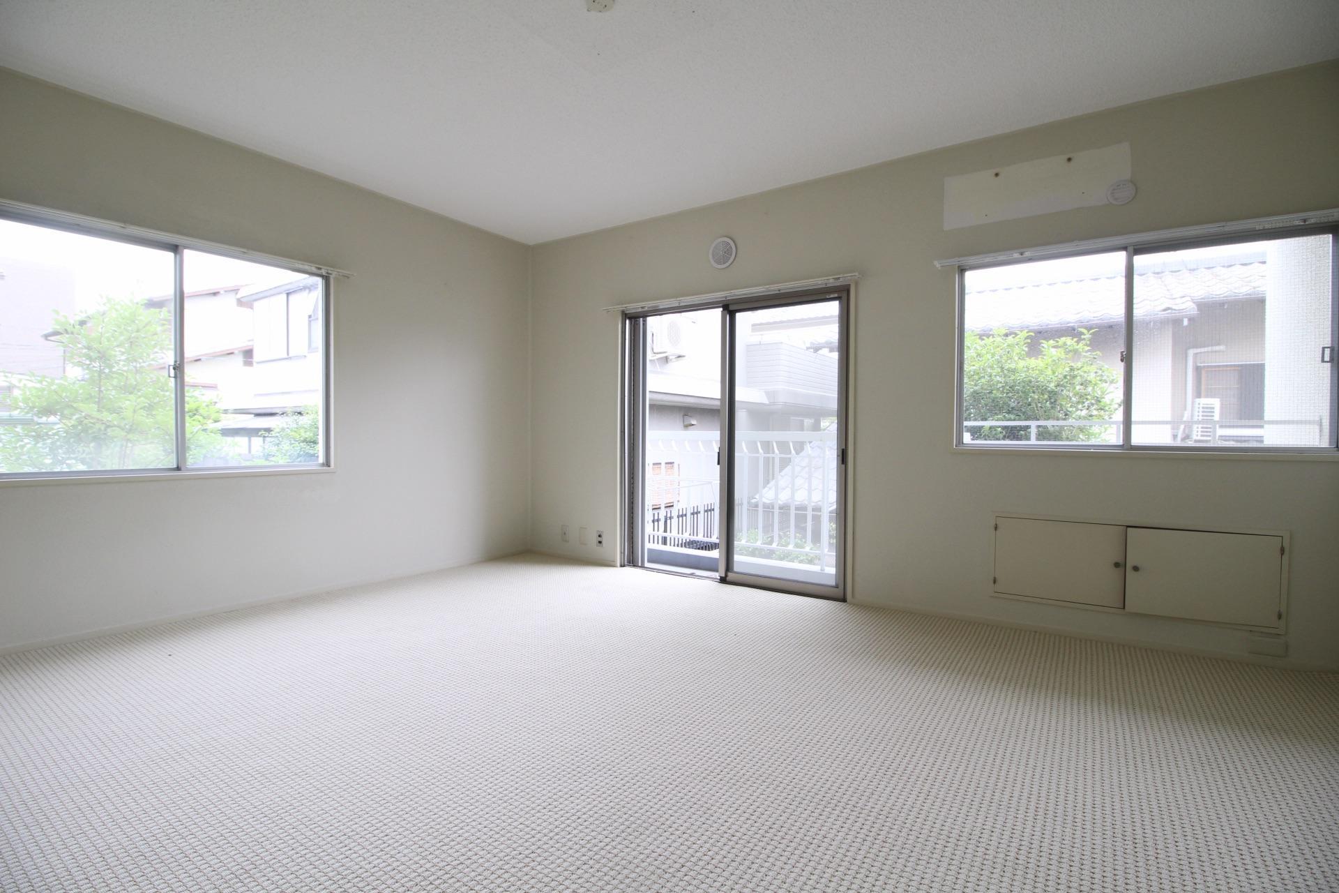 二面窓で明るく上質な絨毯の3階洋室