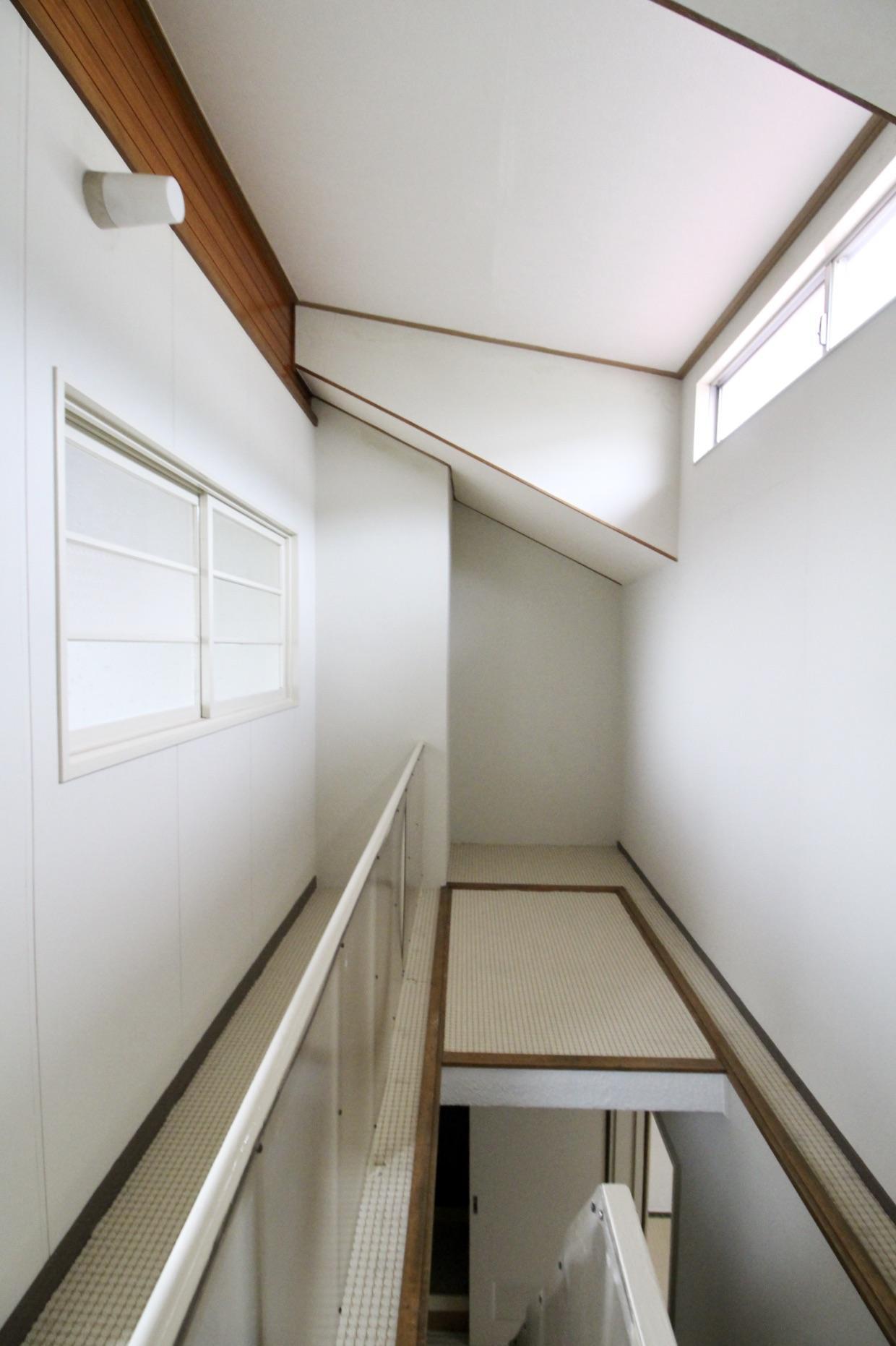 天窓から光を取り込む4階階段を上がったスペース