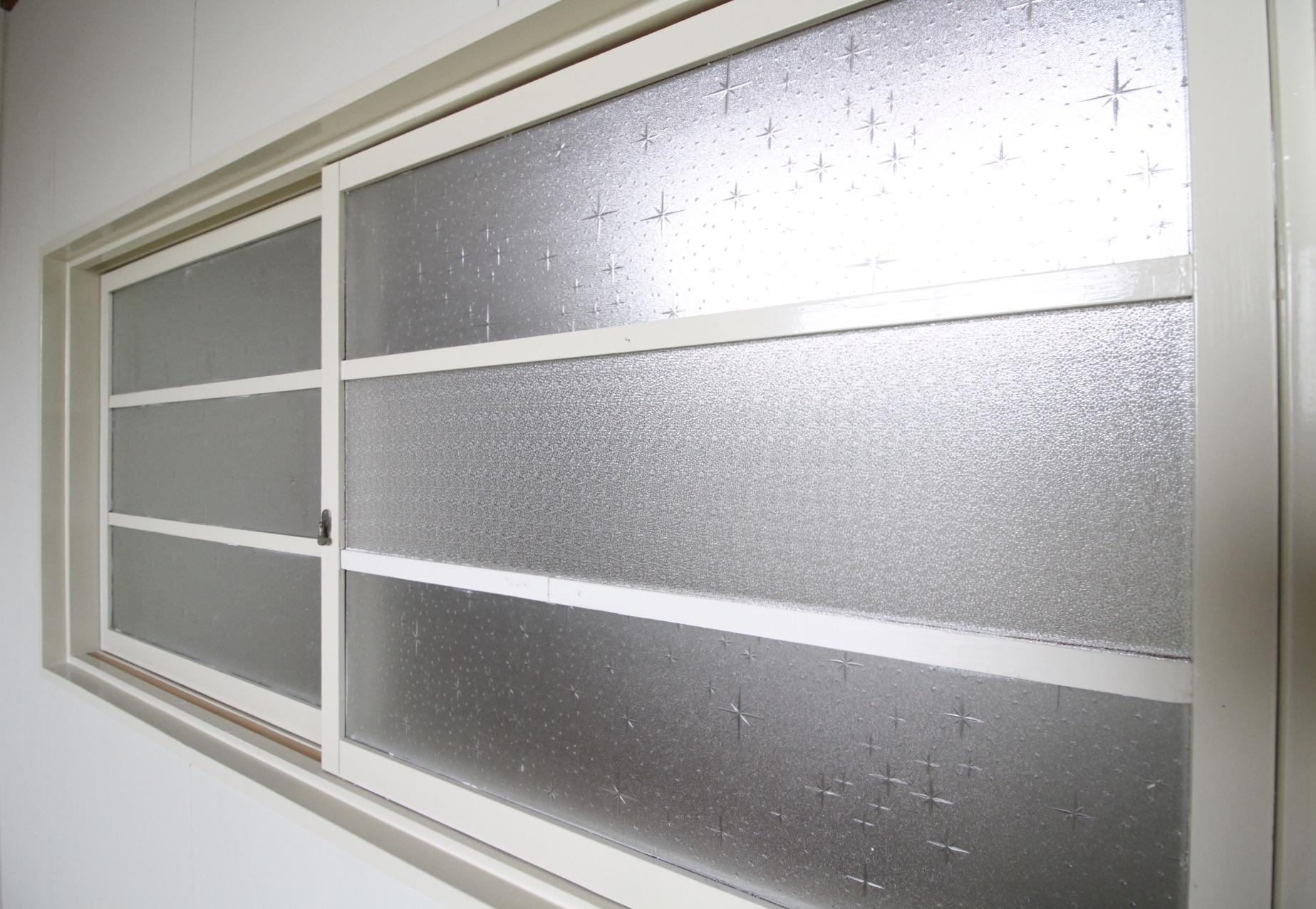 4階洋室の木製窓。すりガラスが懐かしい。