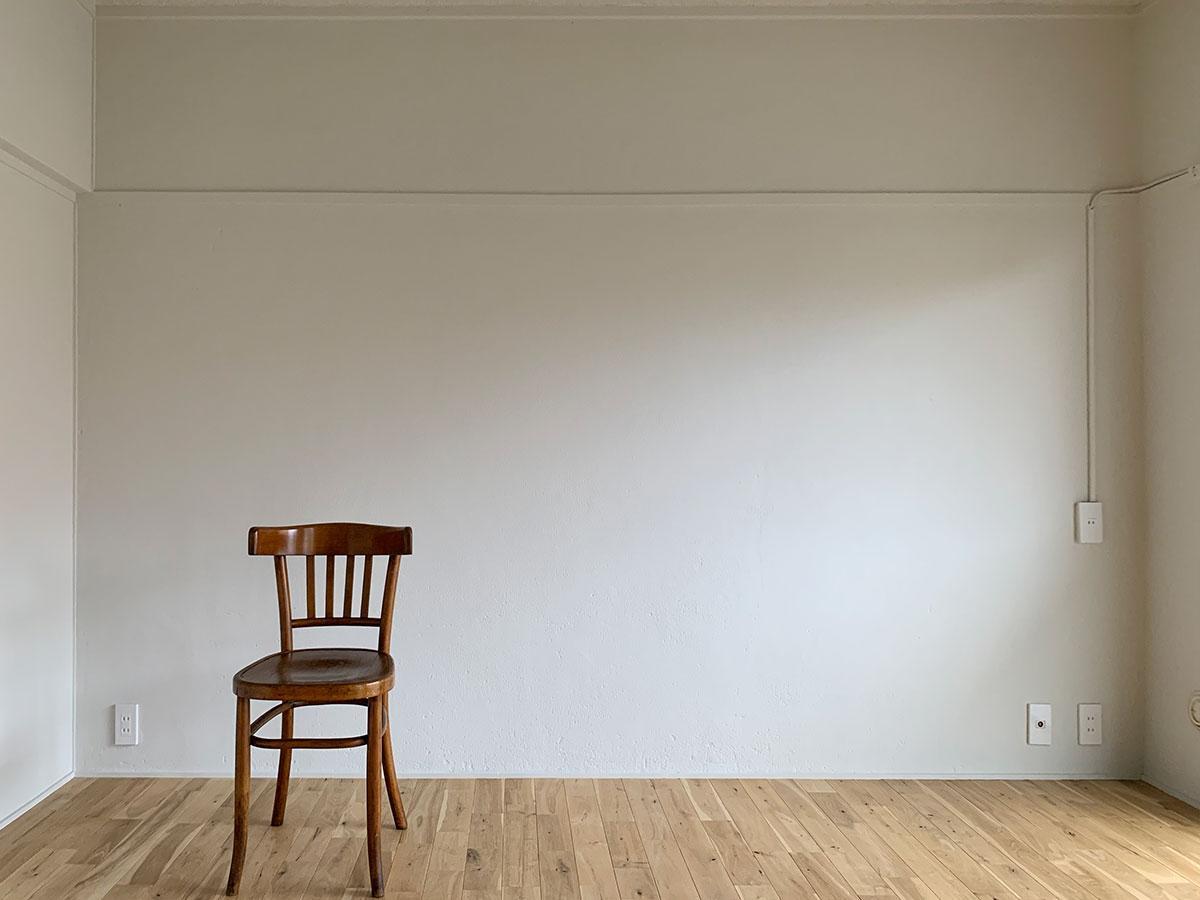 白い壁と無垢の床