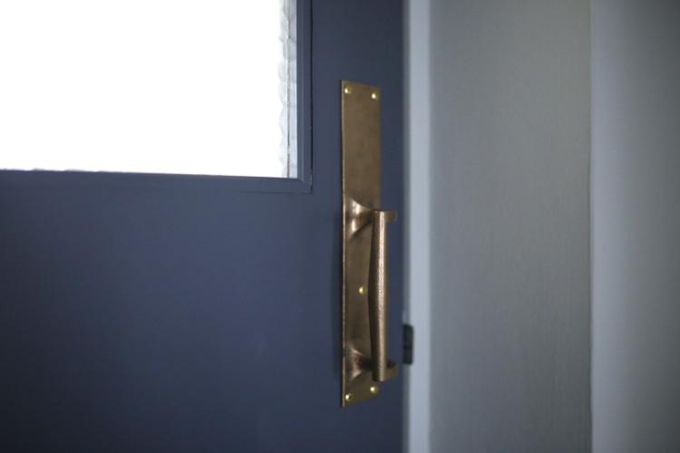 アクセントとなるネイビーの扉