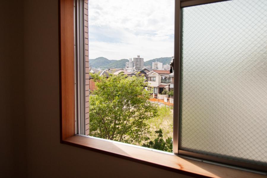 窓からは緑が見えます