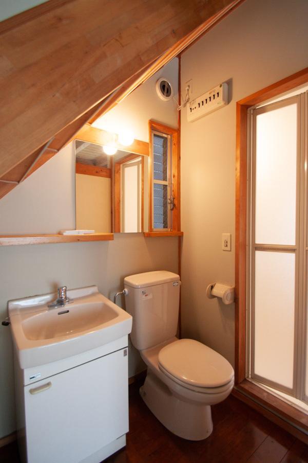 階段下のトイレと洗面