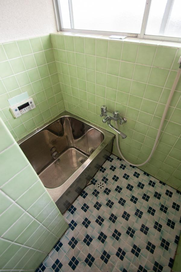 色も柄もレトロで可愛い浴室タイル