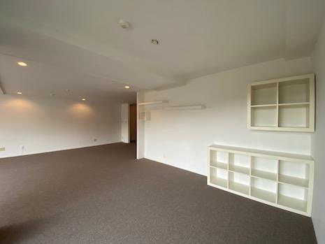 備え付け家具や棚がリビングには付いてきます。