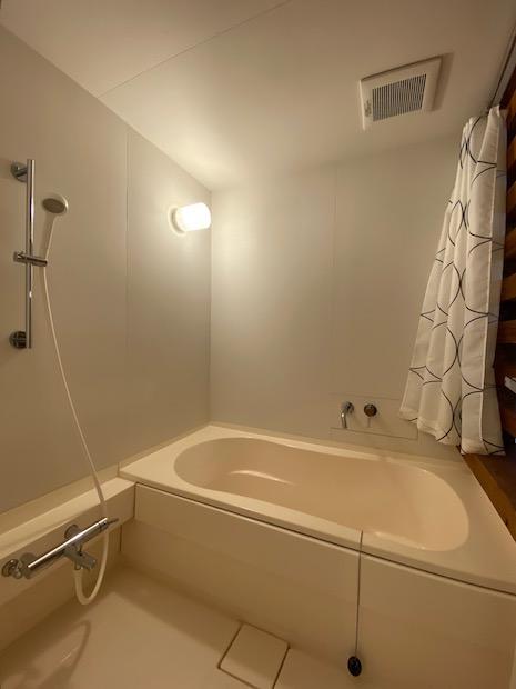 機能的な浴室空間。