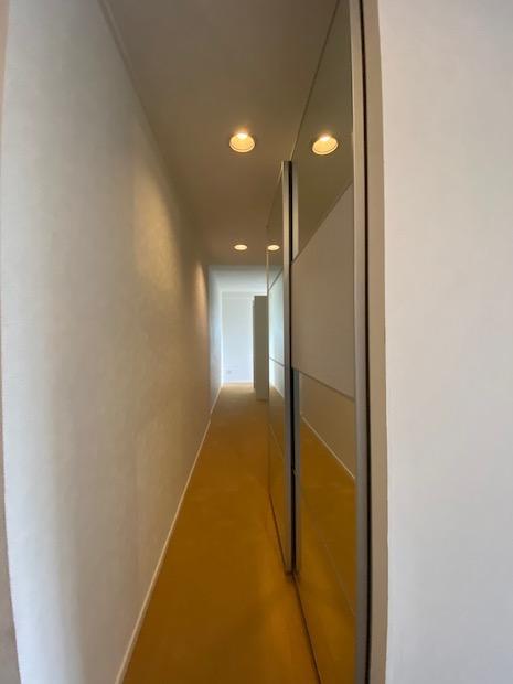 寝室に至る廊下全体がクロゼットに。