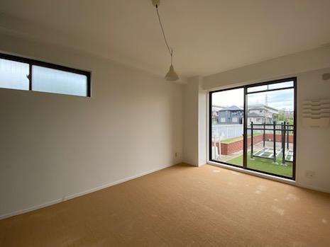 サイザル麻カーペットの寝室。家具跡があるのでご注意を。