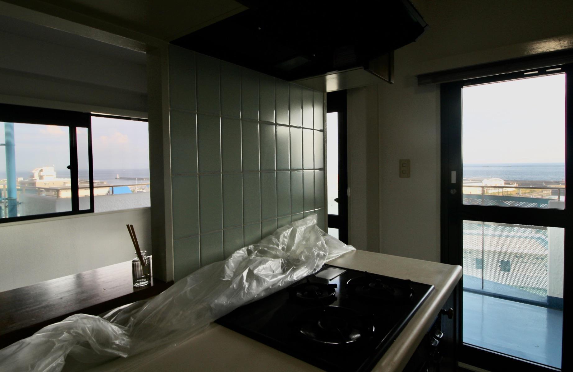 キッチンで料理しながら海が見えます