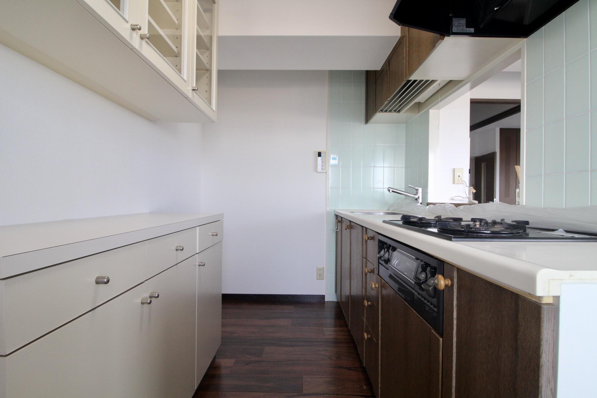 収納力のある備え付けの棚付きのキッチン