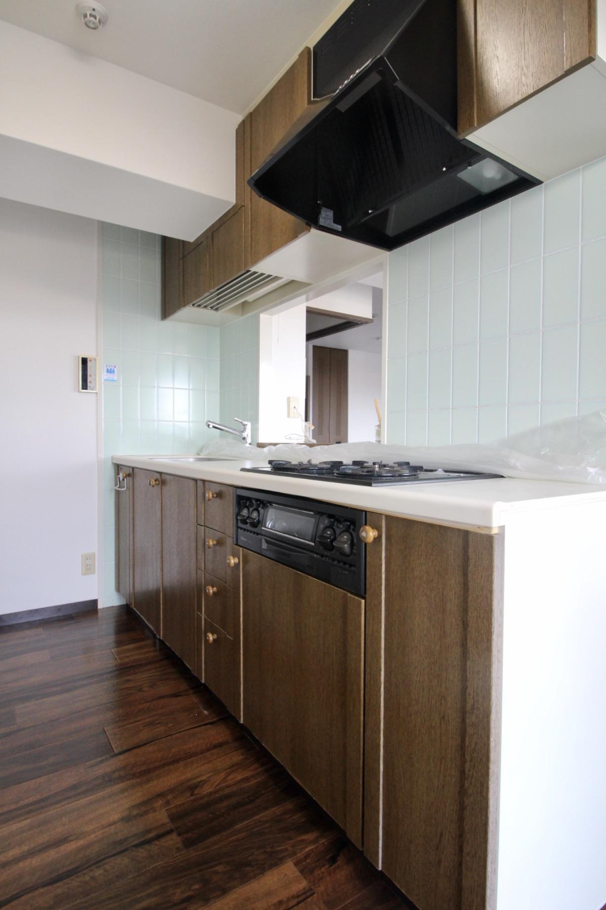 木製キッチンは使い勝手も良さそうでそのままで質感もいい感じ