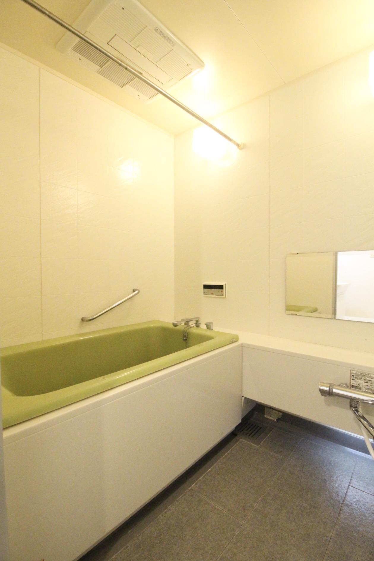 ゆったり広い風呂はなんと有線のスピーカー付き
