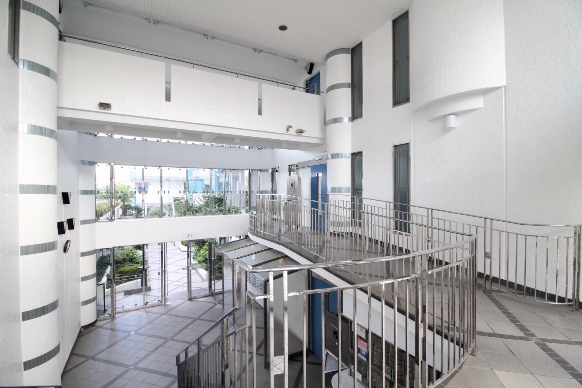 天井が高く広い共用エントランスはオートロック完備