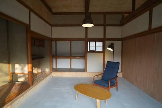 和室の床をぶち抜いた土間。内と外の狭間を漂う感覚。