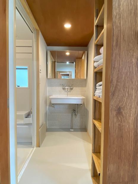 洗面室。可愛らしいタイル貼りに木のぬくもり。
