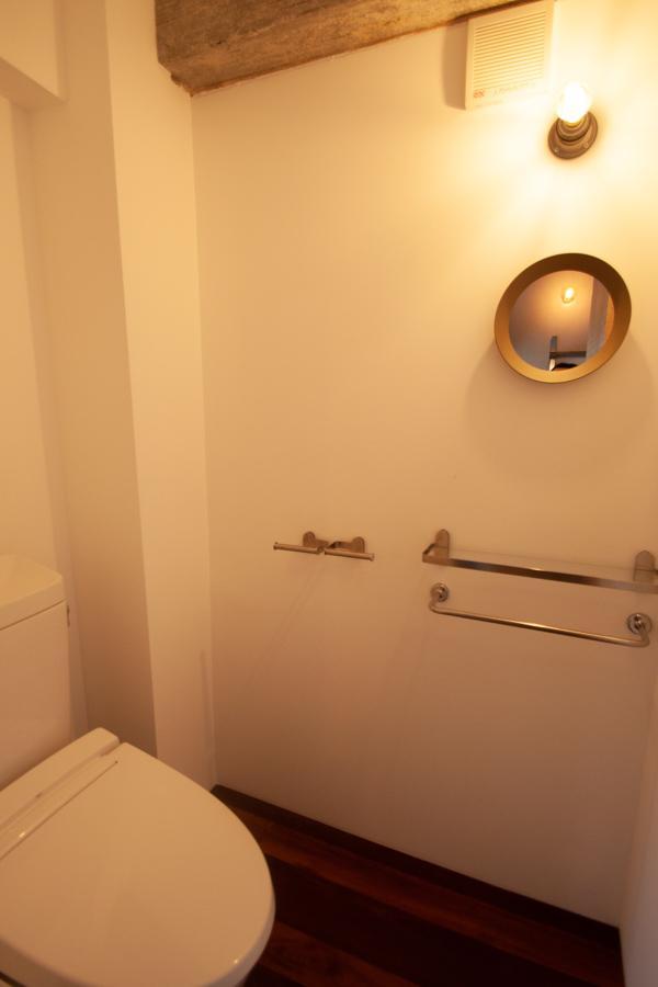 トイレまで鏡や照明がかわいい〈302〉