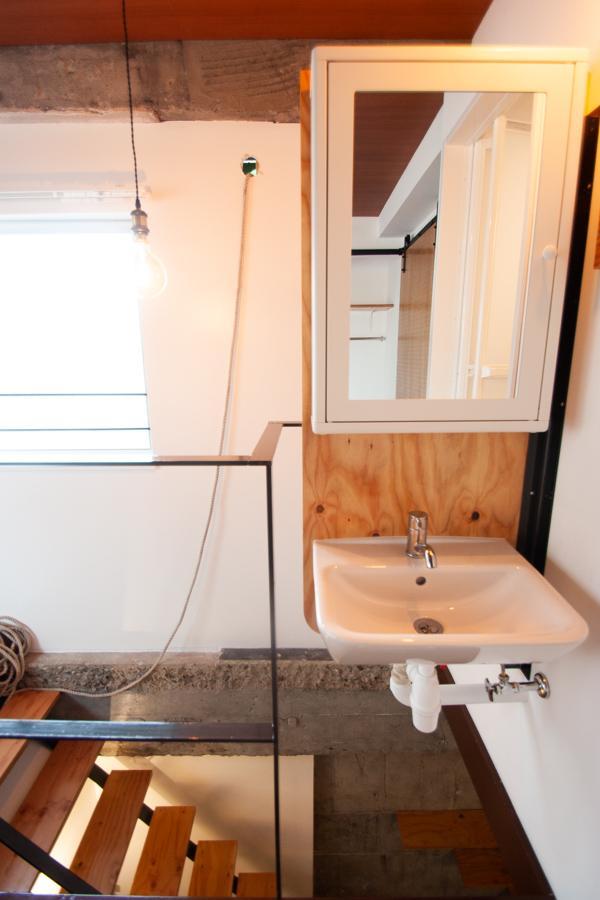 なんと洗面台が階段上に浮いている〈302〉