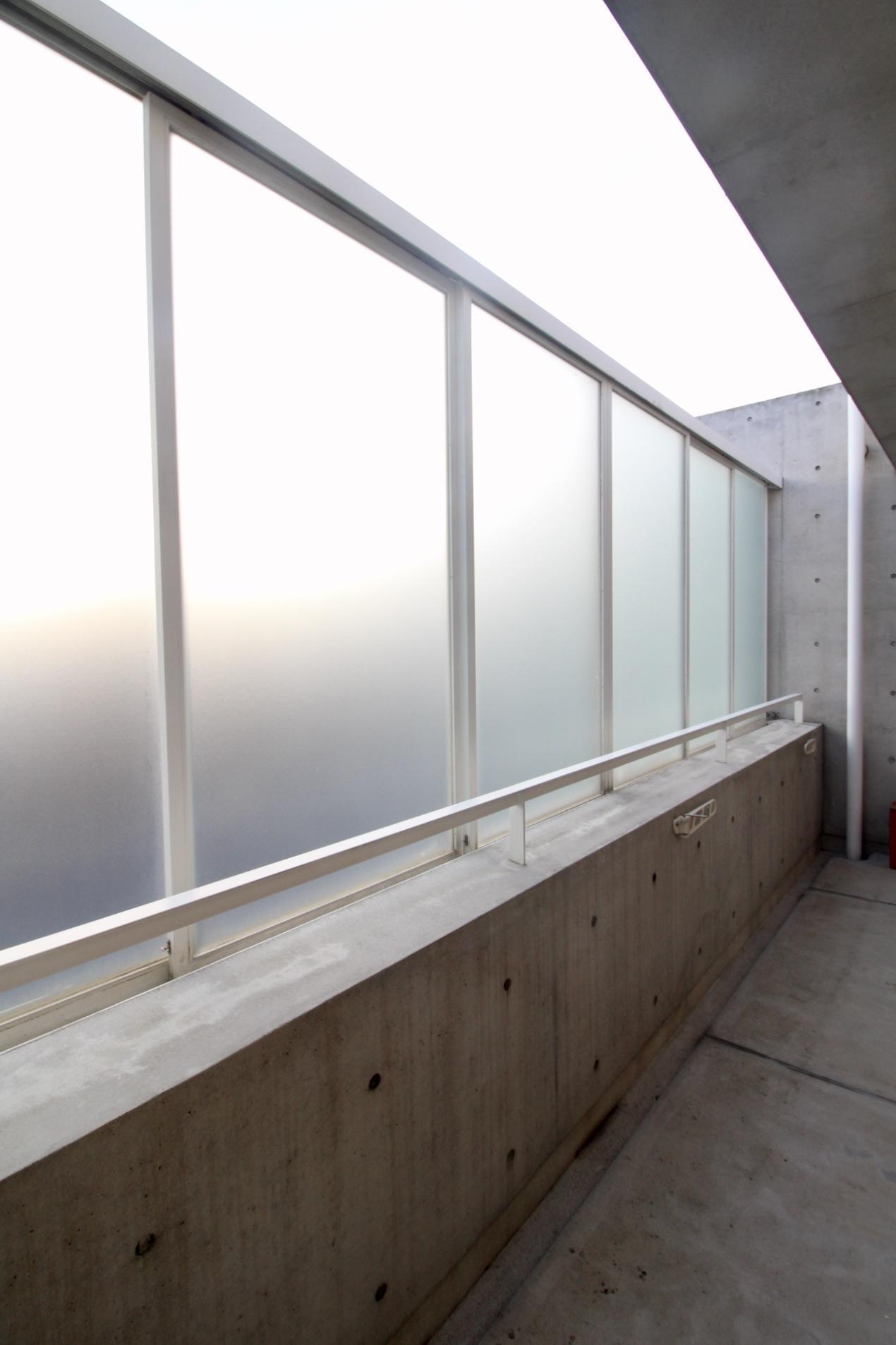 バルコニーに設置された開閉可能な擦りガラス