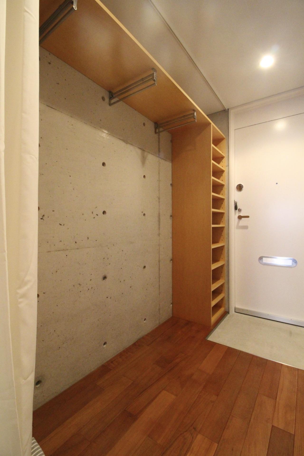 玄関の靴棚と収納(カーテンで隠せます)