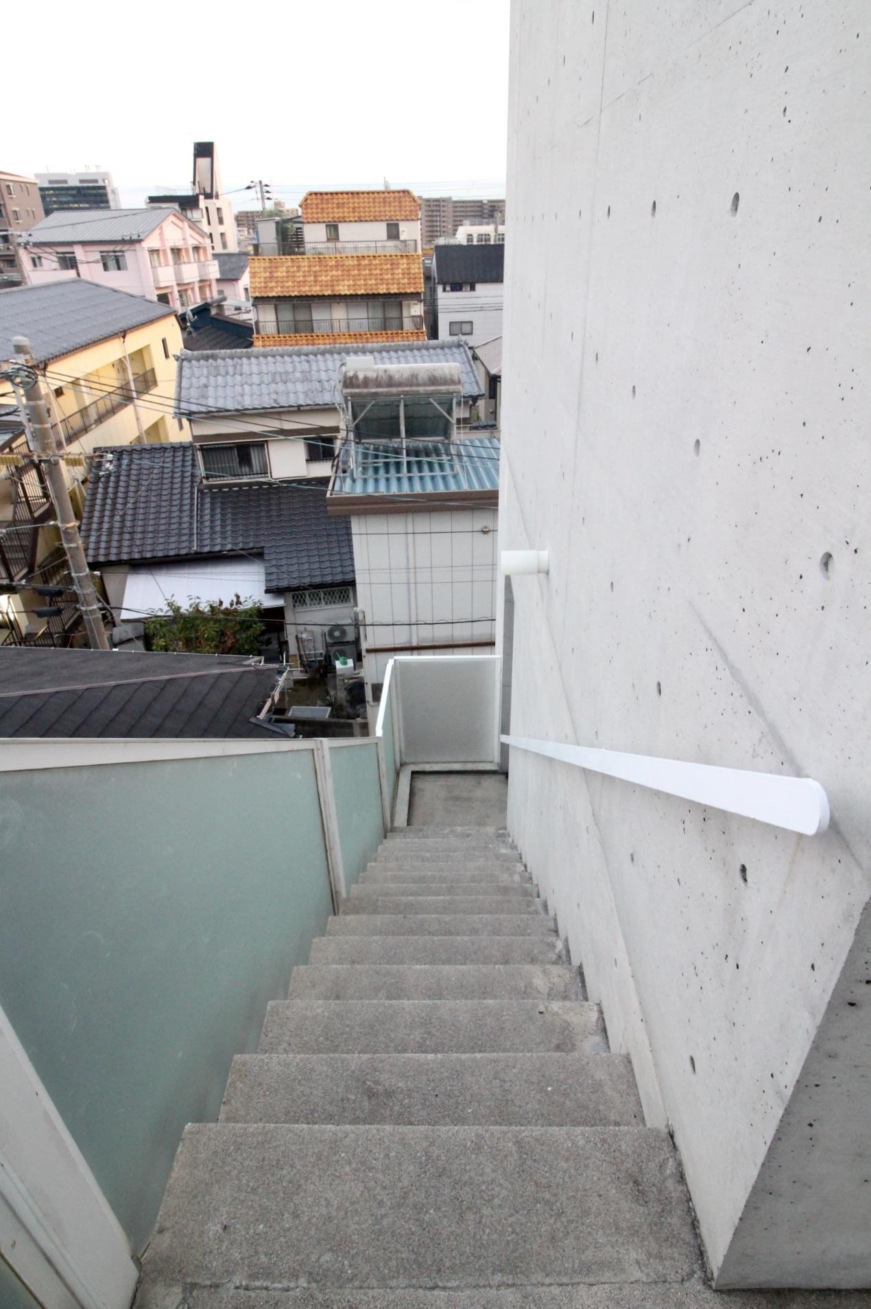 階段。手すりの丸みを帯びたデザインも美しい。
