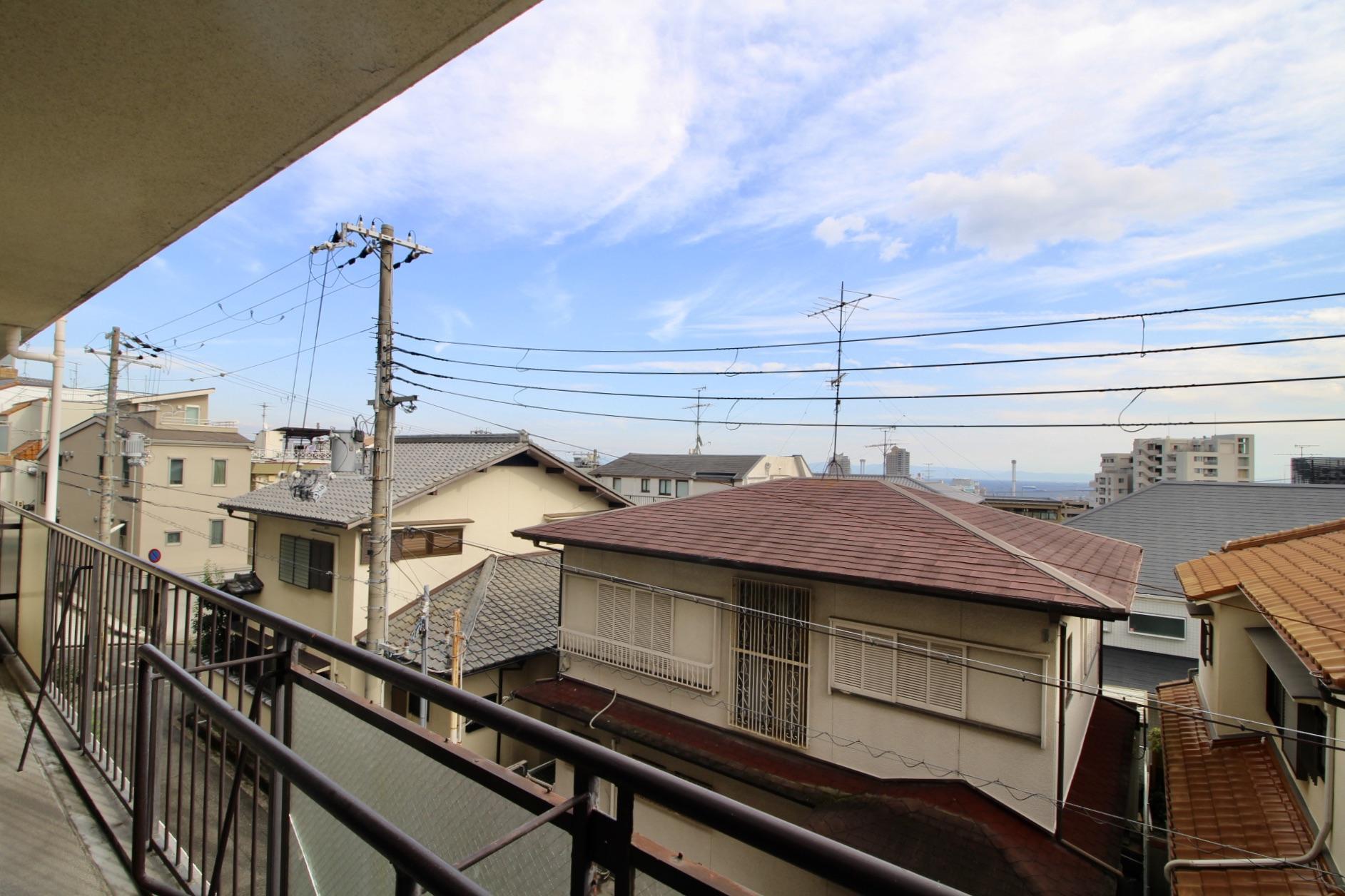 周辺は低層住宅ばかり。空が広くて海も少し見えます