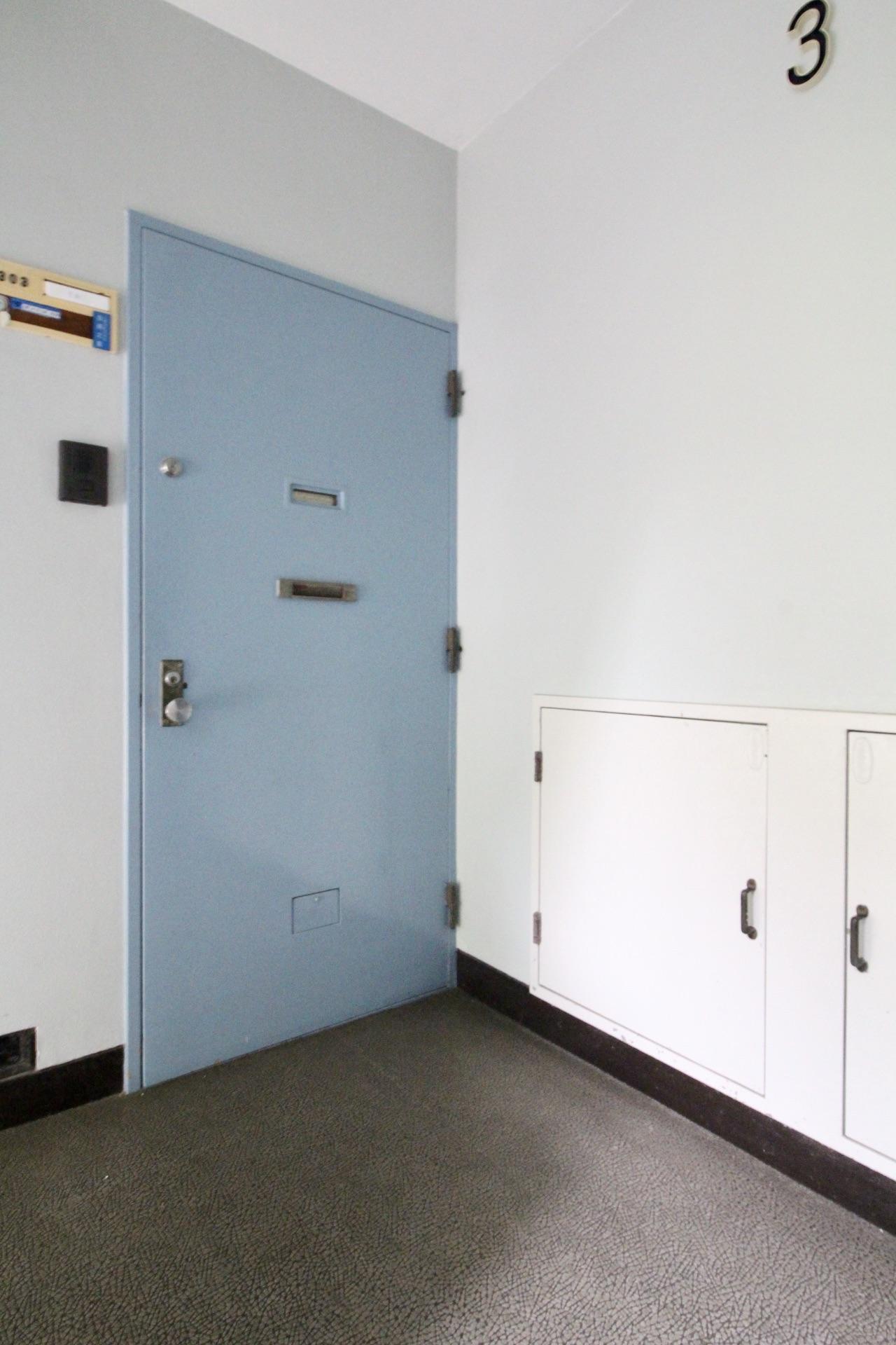 団地のような玄関ドアや共用部